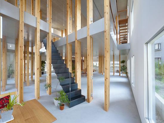 柱子、书架、隔断相统一的结构体系使得楼板的设置变得自由起来,楼板被设置在不同高度,为员工在办公室内设计并使用自己的个性空间创造了机会。除了明亮的环境,所有的元素共同配合形成了这种令人惊喜的功能形式,创造出林木环绕的感觉,并营造出了一个欣欣向荣,令人舒适的工作空间。