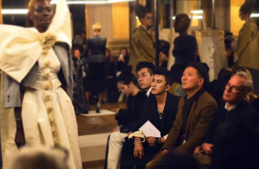肖顺尧巴黎时装周 文艺绅士气质呼应品牌设计