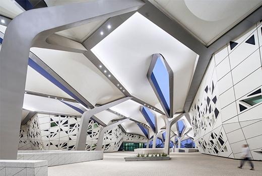 从沙漠景观中浮现出来一系列看似水晶般的结构