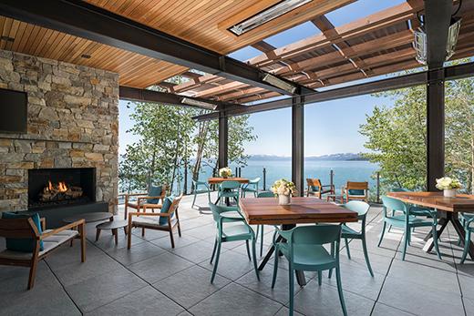 在新的丽思卡尔顿湖俱乐部欣赏湖景